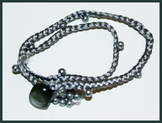 Flechten_Armband_Stickgarn-Perlen-Grau