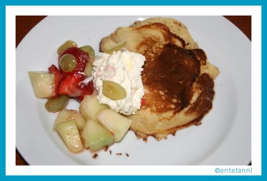 antetanni-kocht_Pfannkuchen-mit-Obstsalat-Erdbeeressig