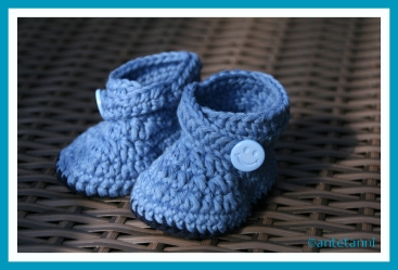 antetanni-haekelt_Baby-Booties-Blau_Smiley-Knopf_2016-05 (1)