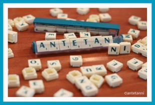 antetanni-spielt-Scrabble-Kompakt-Reisespiel-T