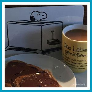 antetanni-freut-sich-Kaffee-Nutella-Toast
