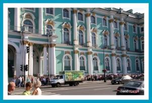 antetanni_AIDAmar_St-Petersburg_Eremitage_Schlange-aussen