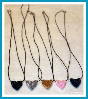 antetanni-freut-sich-Herz-Perlen_schwarz-silber-gold-rosa-blau