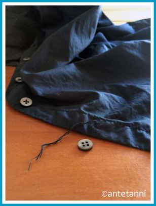antetanni-repariert_Knopf-Bluse-angenaeht